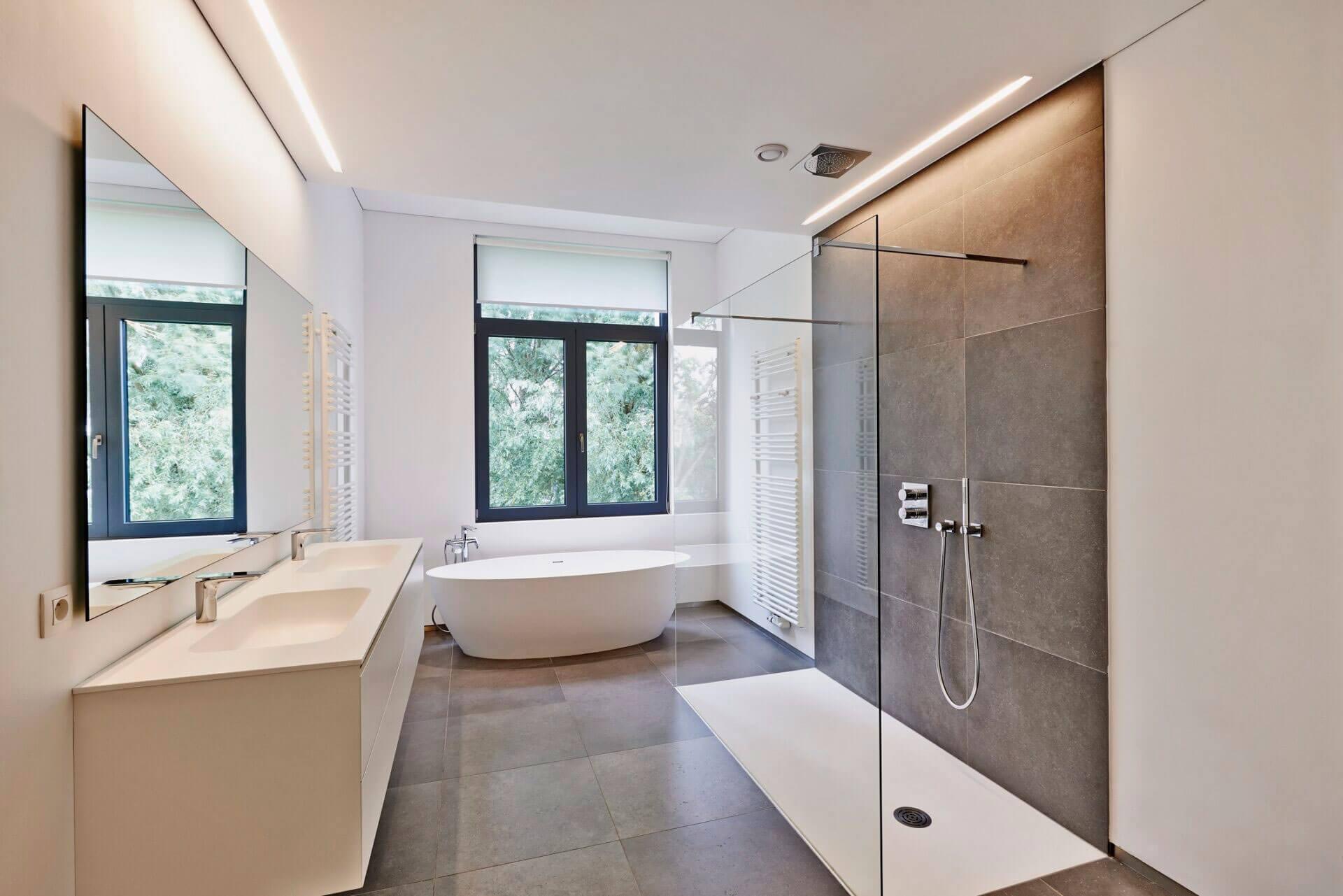 Ciemne okno w łazience.